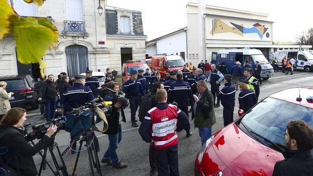 Collavuraturs da medias stattan sper policists franzos suenter l'accident.