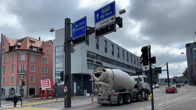 Kreuzung in Stadt mit Lastwagen.