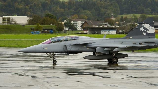 Ein Saab Gripen F auf der Airbase des Flugplatzes Emmen.