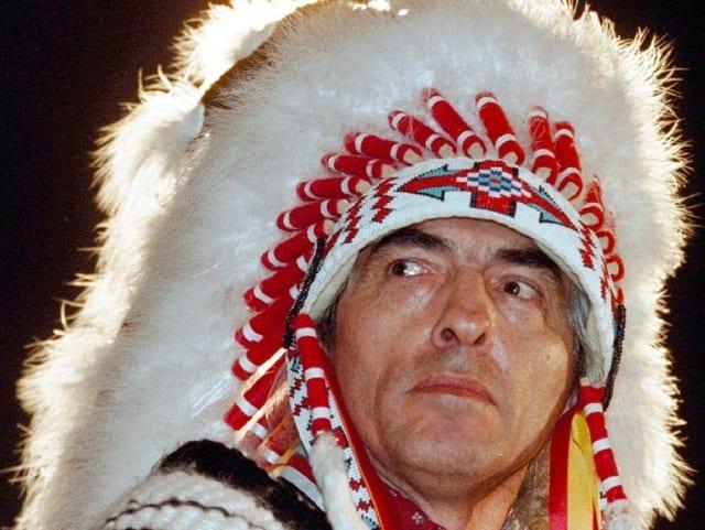 Stammesführer und Indianer Phil Fontaine mit Kopfschmuck.
