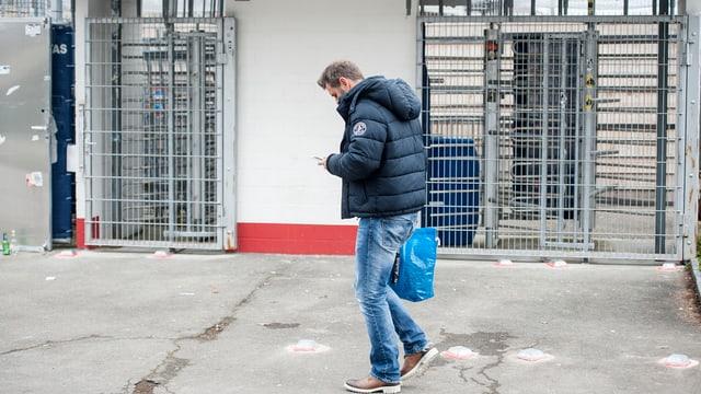 Sven Christ, aufgenommen von hinten wie er aus dem Stadion läuft.