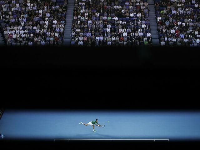 Übersichtsbild auf den gefüllten Centre Court mit Novak Djokovic auf dem Platz.