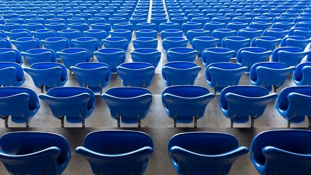 Leere Stadionsitzplätze im St. Jakob Park
