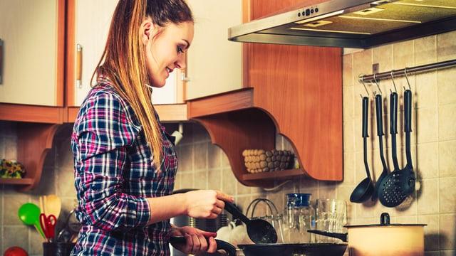 Frau am Kochherd