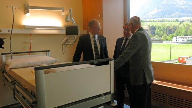 Fachsimpeln am neuen Spitalbett: Regierungsrate Hans Wallimann und Paul Federer.