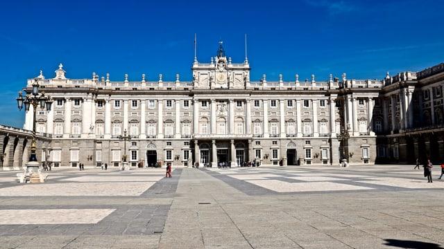 Königspalast in Madrid vor stahlblauem Himmel.