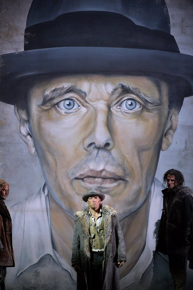 Gawain vor einem Riesenporträt des Künstlers Joseph Beuys.