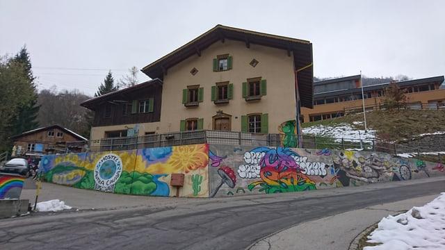 La fatschada davant dal hostel Autra Caussa a Danis.