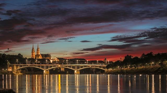 Blick auf den Rhein und das abendliche Basel.