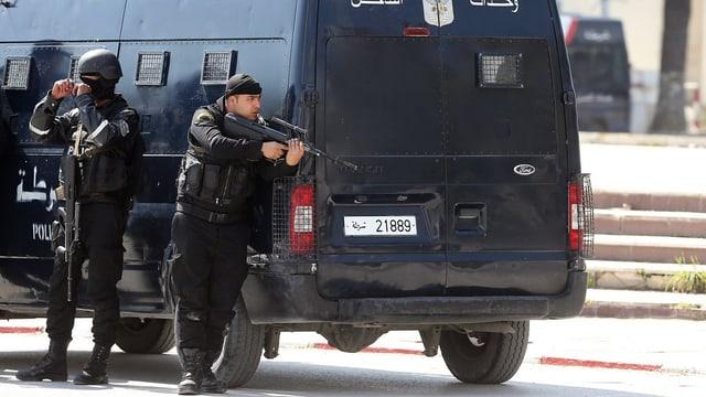 Polizia davos in buis vid controllar in'attatga sin in museum a Tunis.