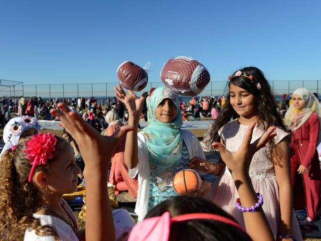 Ein paar muslimische Kinder spielen zusammen.