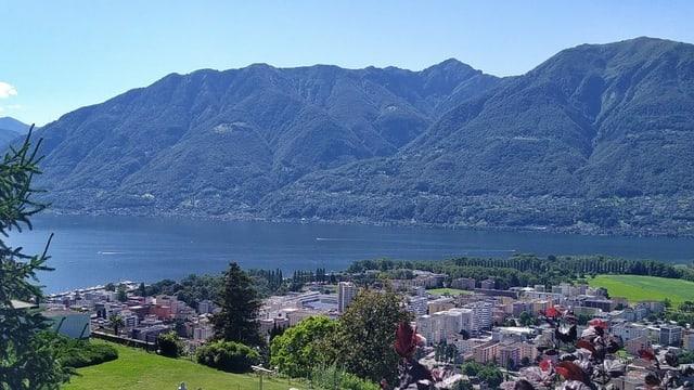 Blick von Locarno-Monti auf den Lago Maggiore.