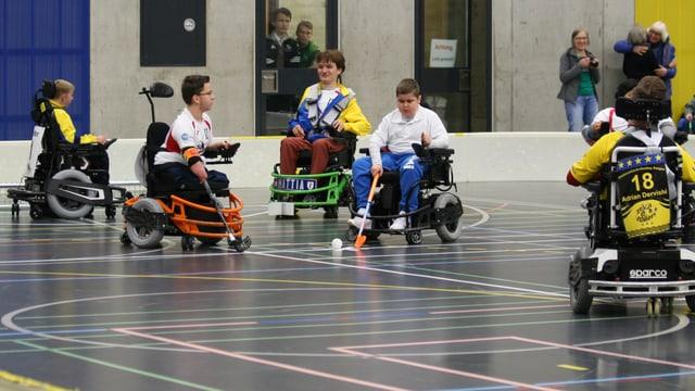 Menschen spielen im Rollstuhl Hockey.