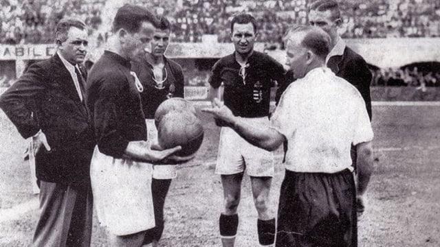 Die Schiedsrichter und Captains bei der Ballwahl im Spiel Ungarn-Österreich