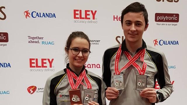 Giuvna e giuven cun medaligas