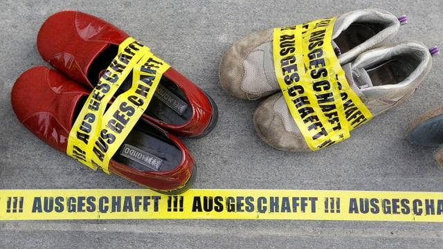 "Schuhe mit Aufkleber ""Ausgeschafft"""