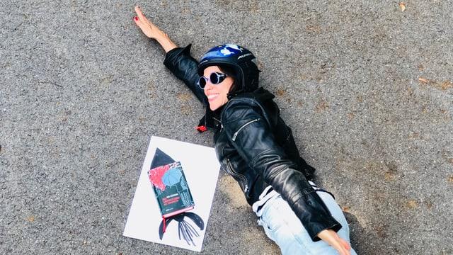 «Der Sonnenschirm des Terroristen» von Iori Fujiwara und Annette König lieben zusammen auf dem Boden, wie zwei Raketen, die fliegen