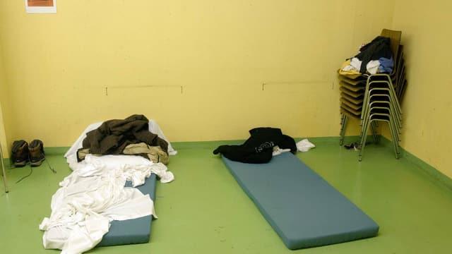 Zwei Matratzen am Boden einer Notschlafstelle.