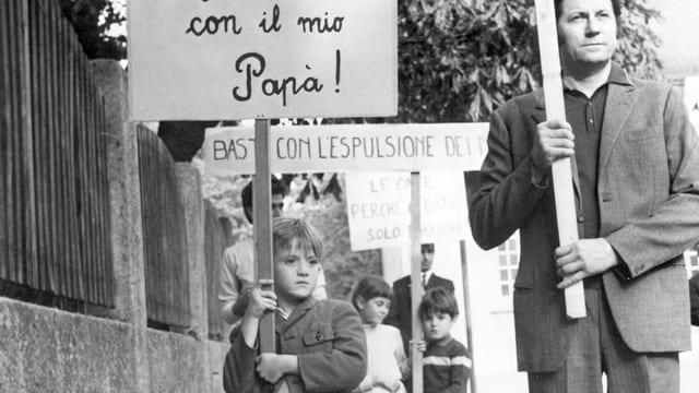Mann und Junge an Demonstration.