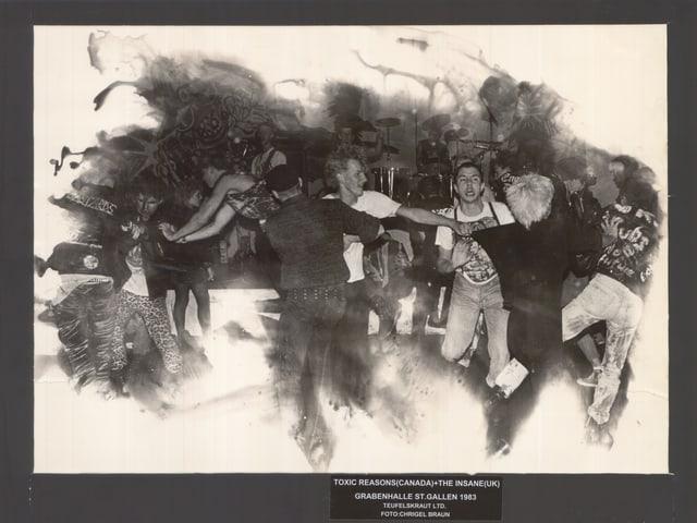 Eine Gruppe Tanzender in der alten Grabenhalle.