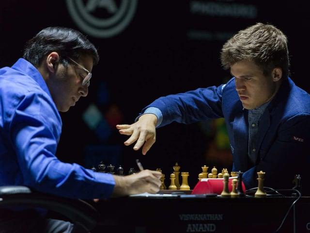 Carlsen macht einen Zug, Anand notiert.