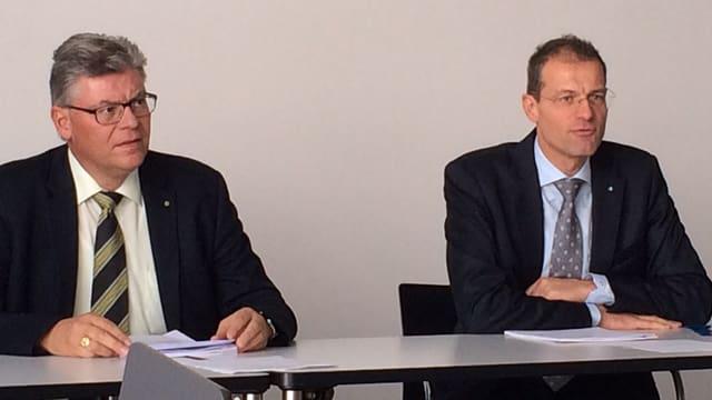 Walter Stählin und Reto Wyss sitzen an einem Tisch.