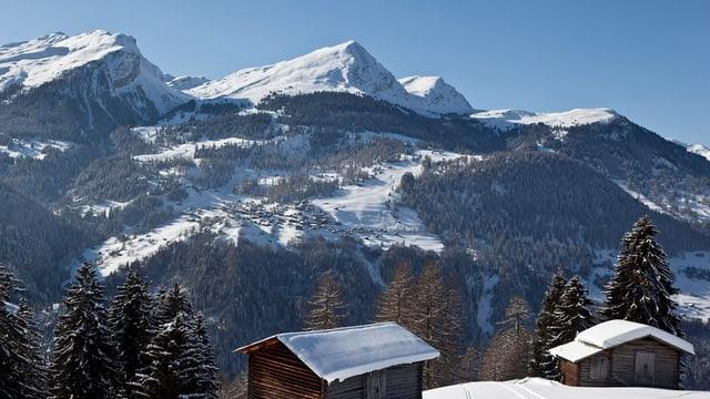 Tschiertschen an einem Wintertag, Blick vom Gegenhang aus.