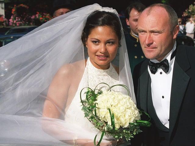 Orianne und Phil Collins in Hochzeitskleidern. Orianne Collins trägt einen weissen Schleier. Phil Collins einen Smoking.