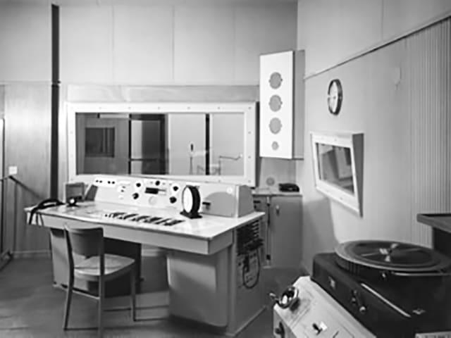 Schwarzweiss-Fotografie eines alten Radiostudios.