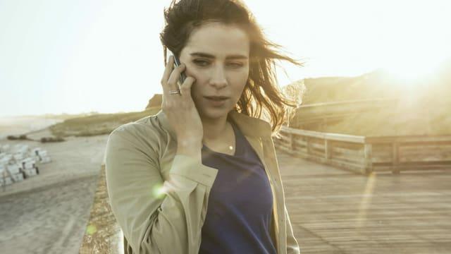 Eine Frau mit einem Handy.