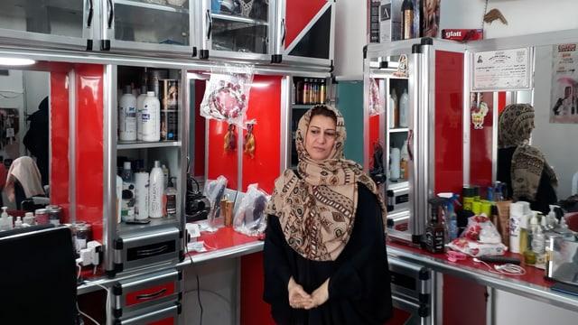 Frau in Kosmetiksalon
