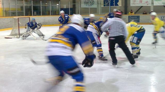 Il club da hockey Engiadina en acziun sin il glatsch.