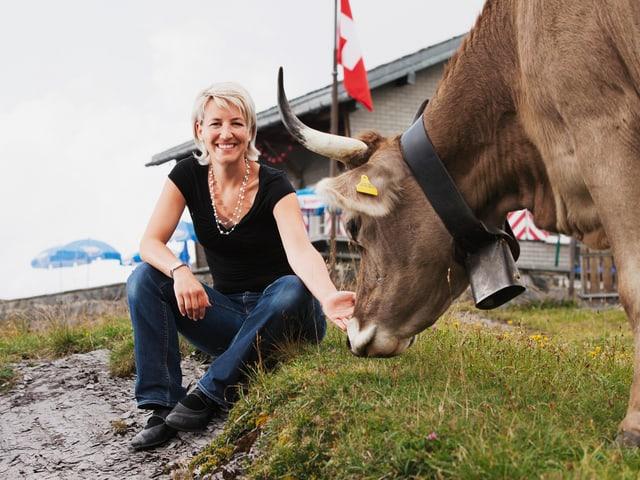 Franziska Gwerder mit Kuh.