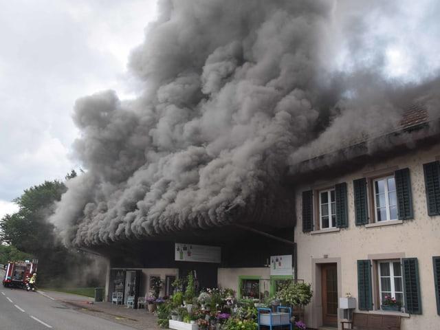 Rauch quillt aus Dachstock.