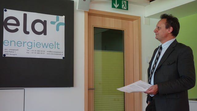 Stefan Engler davant il nov logo da l'uniun Ela Energiewelt.