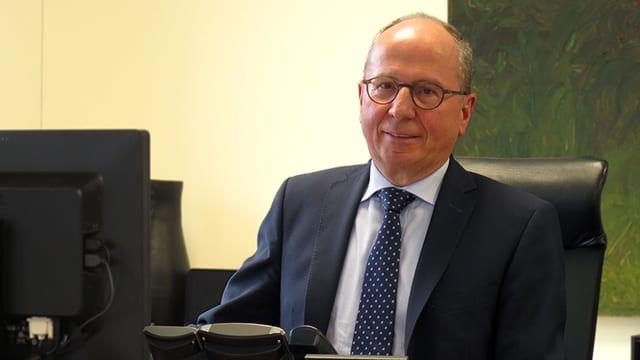 Fredy Fässler in seinem Büro