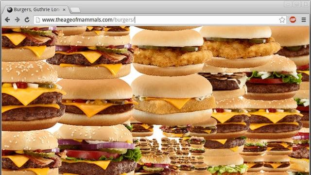 Mehrere Reihen von aufeinandergestapelten Hamburgern.