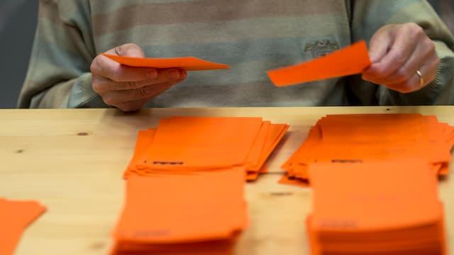 Ein Mann beim Sortieren der Wahlzettel.