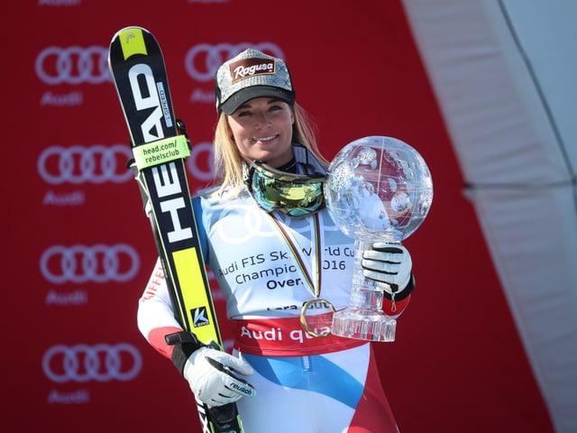Lara Gut posiert mit der grossen Kristallkugel.