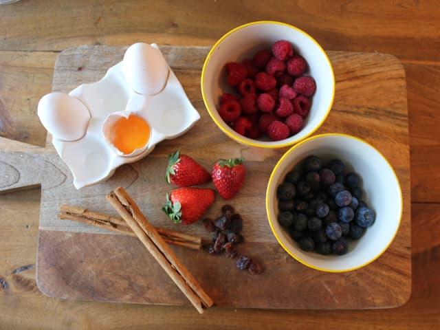 Frische Beeren und Eier bereitgelegt.