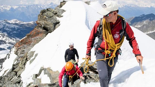 Bergführer mit Gästen am Seil.