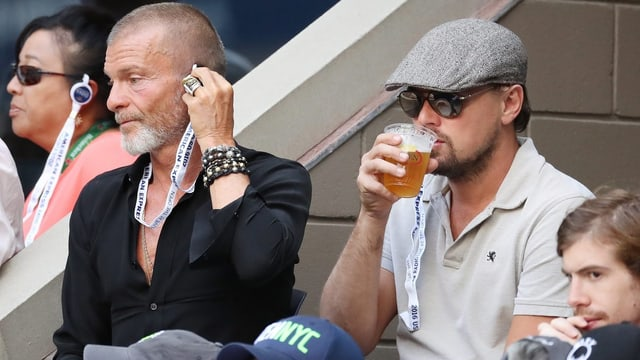 Filmstar Leonardo DiCaprio gönnt sich ein Bier.