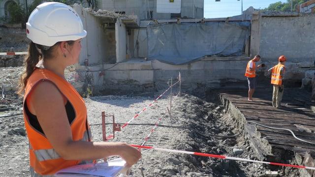 Die Archeologin Sonja Streit schaut auf die Ausgrabungsstelle.