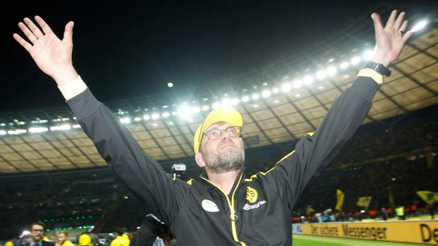 Jürgen Klopp streckt seine Hände gegen den Himmel.