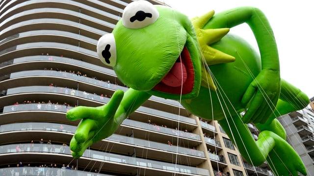 Ein grosser Kermit-Ballon.