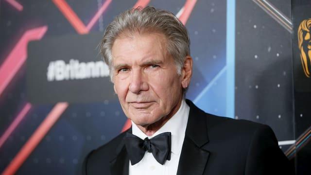 Harrison Ford in schwarzem Anzug mit Fliege
