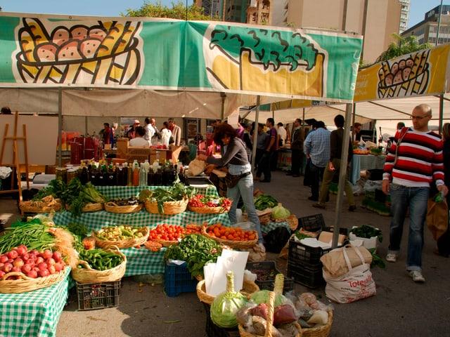 Ein Marktstand mit verschiedenen Gemüsesorten.