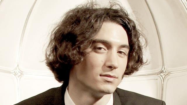 Porträt eines jungen Herrn mit Lockenkopf und sinnlichen Lippen.