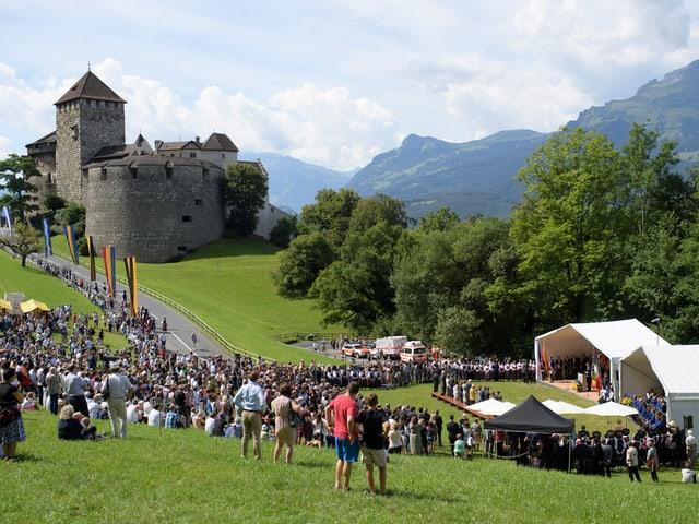 Leute auf der Schlosswiese in Vaduz.