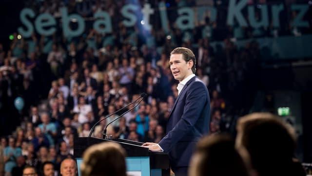 Christian Kurz spricht vor grosser Menschenmenge.